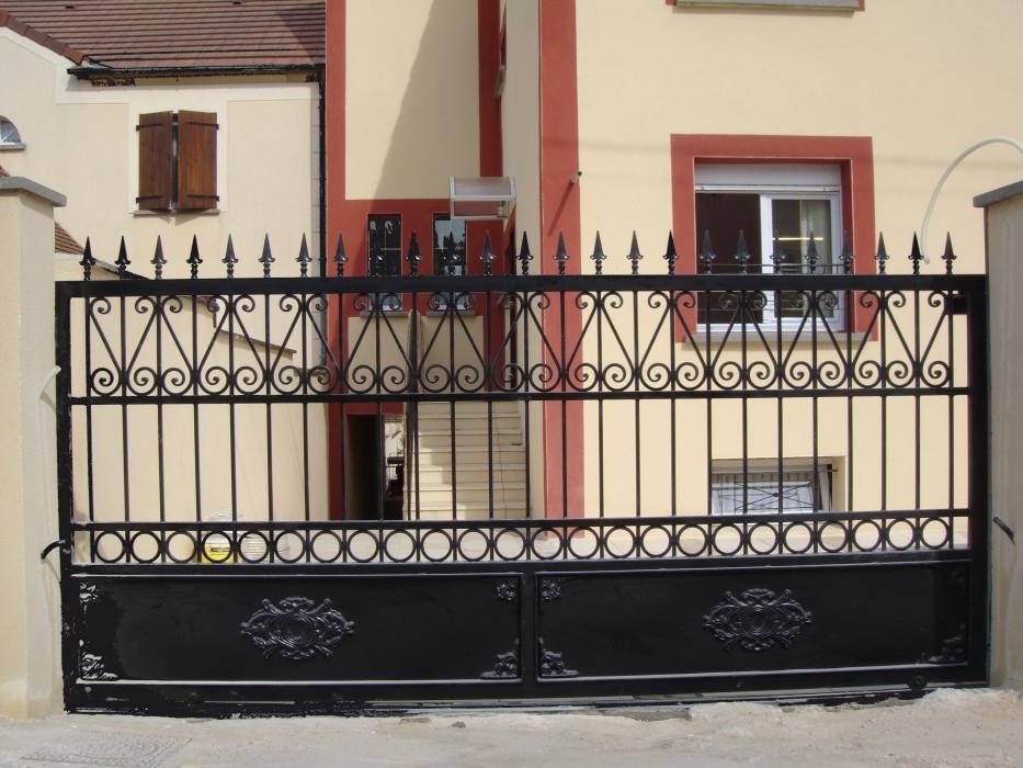 portail en fer forg amiens version coulissant portail en fer forg style classique le. Black Bedroom Furniture Sets. Home Design Ideas
