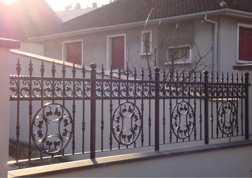 Grille en fer forg artemis grille de cl ture en fer forg style classique le grand for Peinture pour portail en fer
