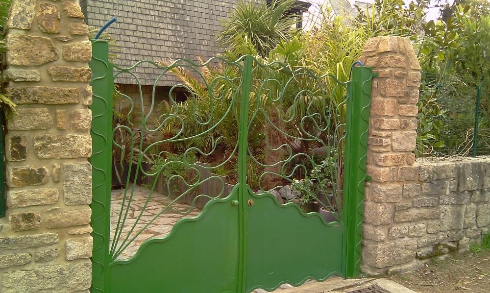 Portail en fer forg jardin sauvage catalogue fer for Portail jardin metal